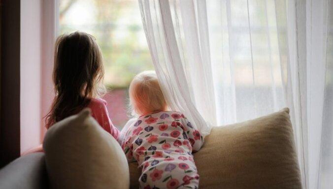 Izkrītot pa astotā stāva logu, Jelgavā gājis bojā mazulis