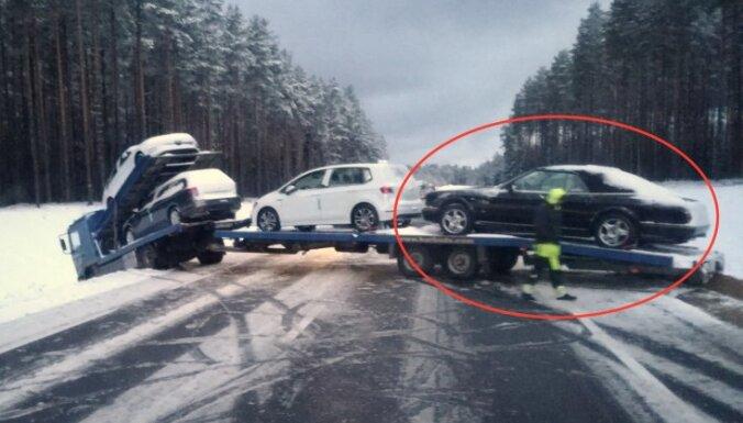 Foto: Uz Tallinas šosejas avarējis treileris ar ekskluzīvu 'Bentley' kabrioletu