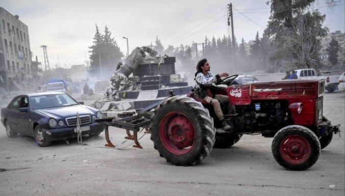 Foto: Turki masveidā izlaupa sagrābto kurdu Afrīnu
