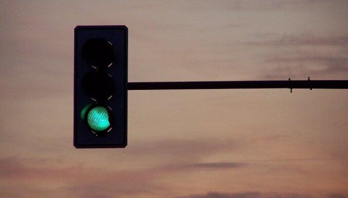 Naktī braukšanas apstākļus var apgrūtināt stiprā vēja izraisīti postījumi