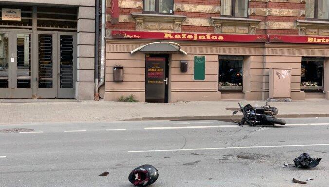 Lāčplēša ielā Rīgā notikusi automašīnas un motocikla sadursme