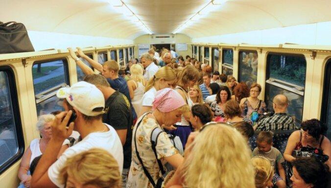 Pārpildītajos vilcienu reisos cīnīsies ar bezbiļetniekiem