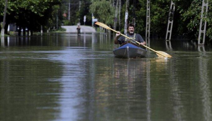 Ūdens pārrauj aizsargvalni uz Elbas pie Magdeburgas