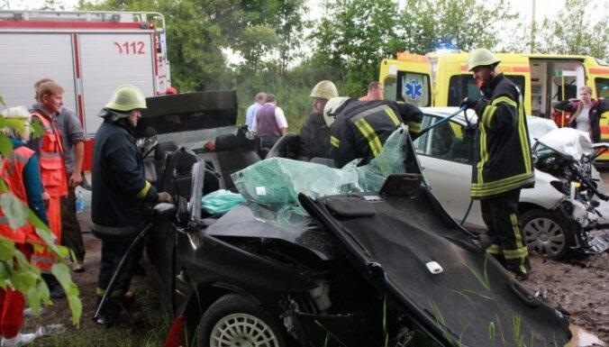Divu auto sadursmē uz Veclaicenes šosejas cieš pieci cilvēki; daļēji atjauno satiksmi (plkst. 21:13)