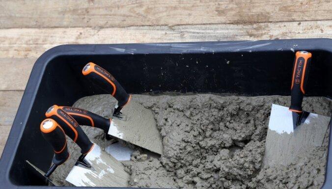 Paļaujoties uz godavārdu, būvnieki veikuši 20 000 eiro remontu 'Rīgas enerģētikas aģentūras' telpās