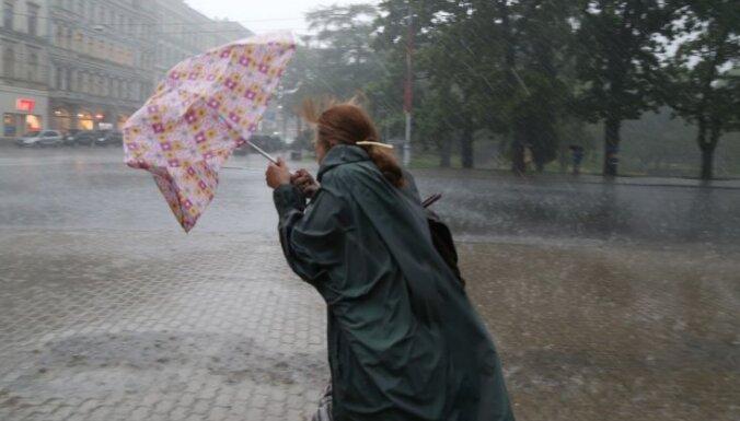 Otrdien Latvijā būs lietusgāzes un krusa