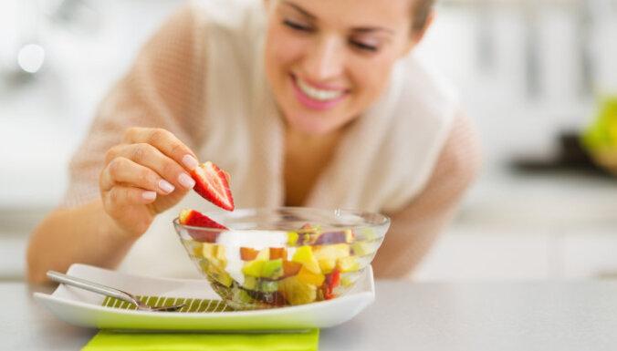 Augļu salāti ar medu un jogurtu