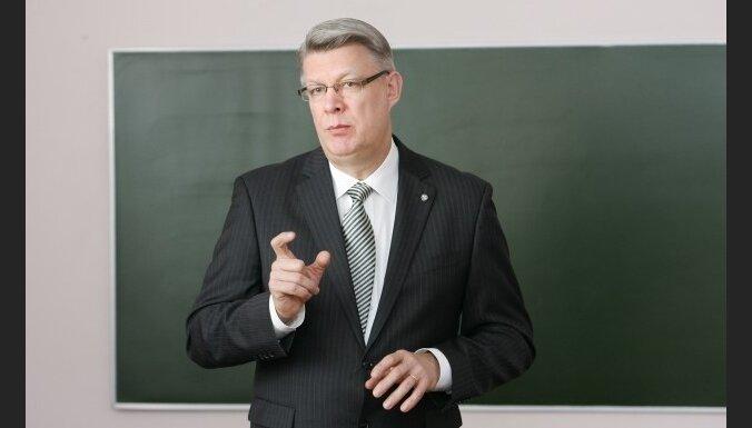 Zatlers rosinājumus mazināt ministriju skaitu nodēvē par 'sērgu'