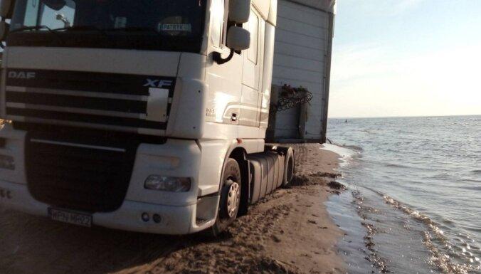ФОТО, ВИДЕО: В Юрмале по пляжу среди отдыхающих едет польская фура (+ комментарий думы)