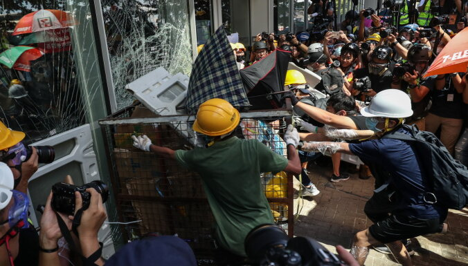 Демонстранты в Гонконге пошли на штурм парламента