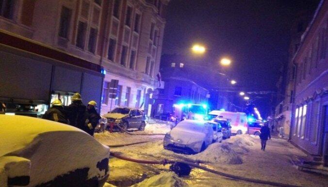 Rīgā dzīvojamajā ēkā izcēlies ugunsgrēks; izglābti trīs cilvēki