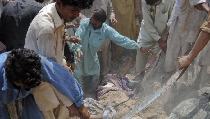 Pakistānā bumbas sprādziens sagrauj viesnīcu, gājuši bojā 12 cilvēki