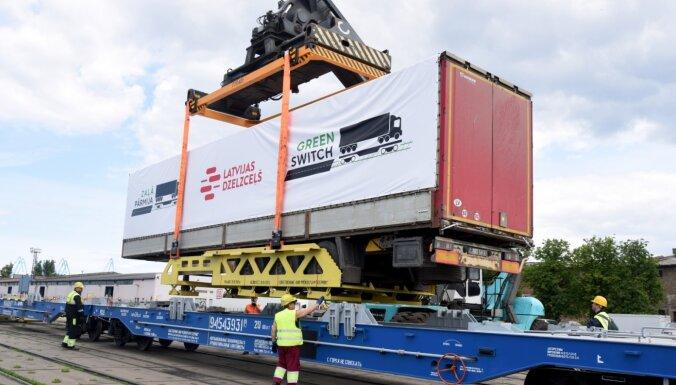 ФОТО: Latvijas dzelzceļš начинает перевозку полуприцепов фур по железной дороге