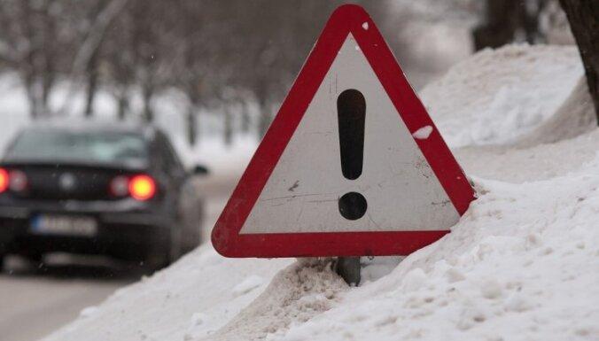 Sniegs un apledojums vietām Latgalē un Vidzemē apgrūtina braukšanu