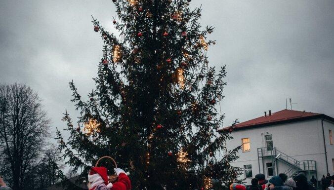 Foto: Latvijas pilsētu krāšņās Ziemassvētku egles un to izmaksas
