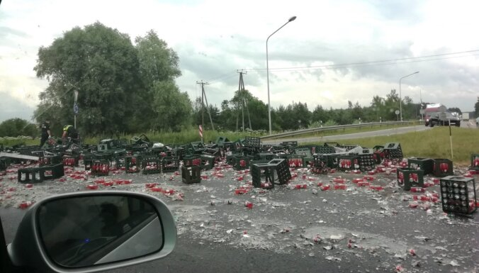ДТП на Рижской окружной дороге: на шоссе— сотни разбитых бутылок пива