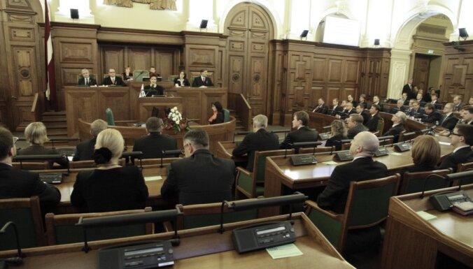 Deputāti noraida ideju ļaut nepilsoņiem vērsties Saeimā ar kolektīvajiem iesniegumiem