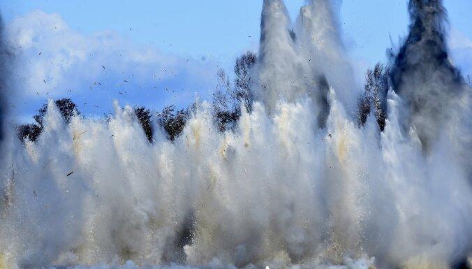 Foto: Pie Carnikavas ledus sakustas – pēc brīža NBS detonē sprāgstvielas