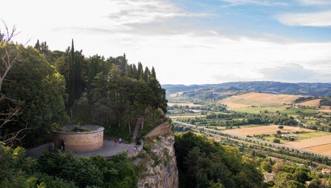Šarmants tūrisma objekts ainaviskā vietā: 52 metrus dziļā aka Itālijā