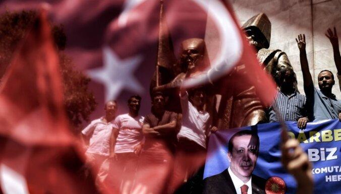 Turcijas policija vēršas pret uzņēmumiem, ko tur aizdomās par saistību ar Gilenu