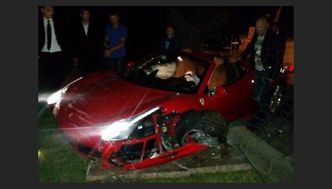 Video: Jūrmalā agresīvs 'Ferrari' vadītājs zaudē kontroli un ietriecas kokā