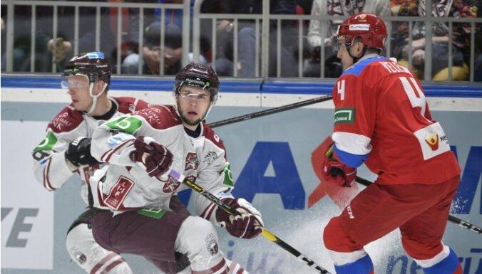 Latvijas hokejisti nenosargā divu vārtu pārsvaru un zaudē Krievijai