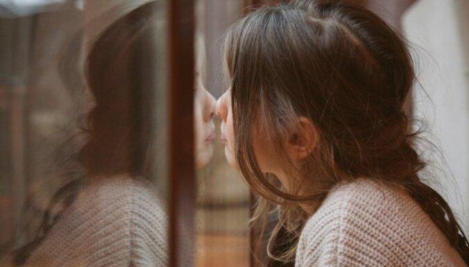 Jūties vientuļš un atstumts? Uzticības tālruņa konsultanti aicina neklusēt