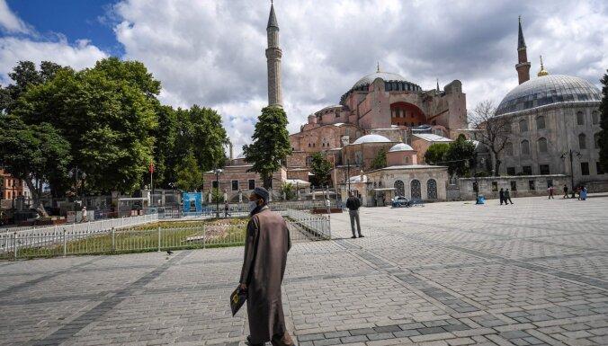 Папа Римский огорчен решением Турции превратить Айя-Софию в мечеть