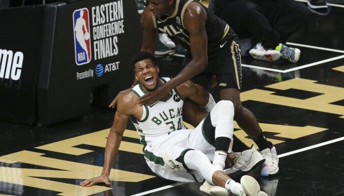 Adetokunbo gūst traumu; 'Hawks' bez Janga izlīdzina rezultātu NBA pusfinālā