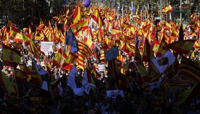 ФОТО: в Барселоне сотни тысяч человек вышли на марш за единую Испанию