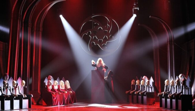 Foto: Nacionālajā teātrī Rēzija Kalniņa uzvedusi Viktora Igo 'Cilvēks, kas smejas'