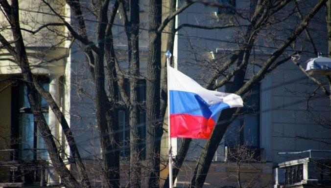Pie Solsberi katedrāles piekārts Krievijas karogs