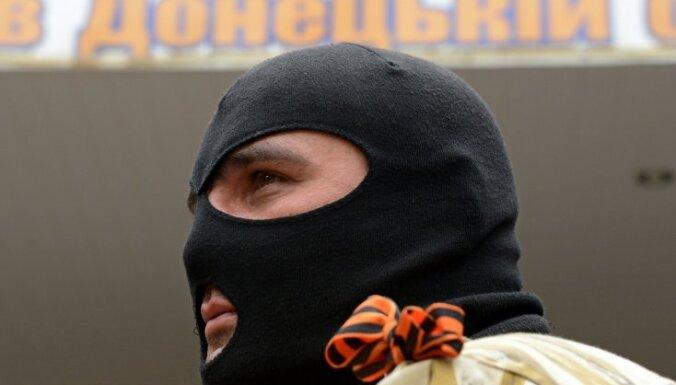 Kramatorskas iedzīvotājas 'kailām rokām' padzen bruņotus separātistus