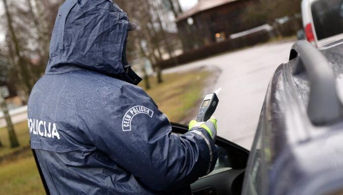 Полицейский получил взятку на основании ложного результата теста на алкоголь