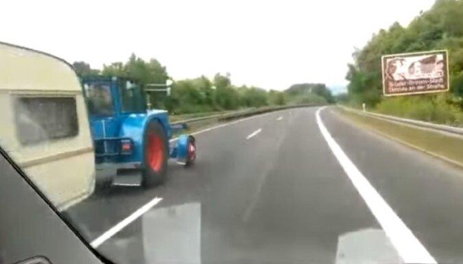 Pārsteidzošs video: Traktors uz autobāņa apdzen mašīnas