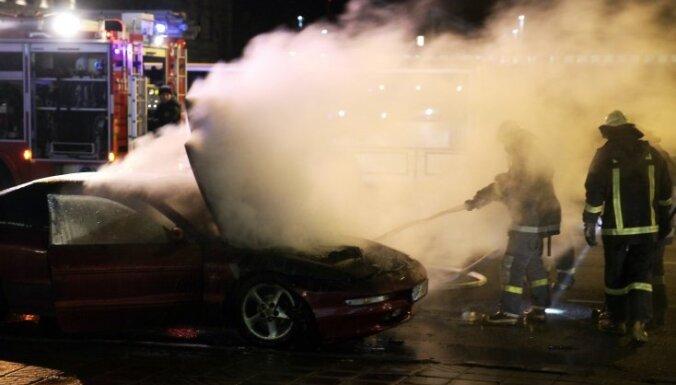 ФОТО: в центре Риги снова сгорел автомобиль