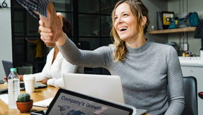 Ученые: вынужденные улыбки на работе провоцируют алкоголизм