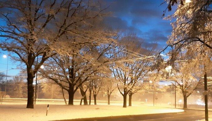 Foto: Aculiecinieki iemūžina pirmās ziemas vēsmas Rīgā un Lēdmanē