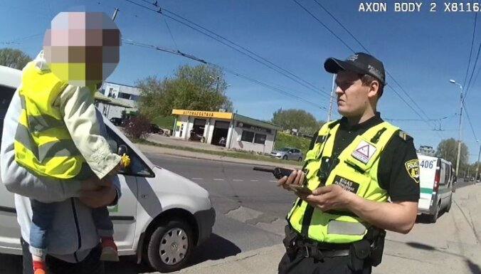 Autovadītāja atrod bērnudārza audzinātājām noklīdušu divgadnieci