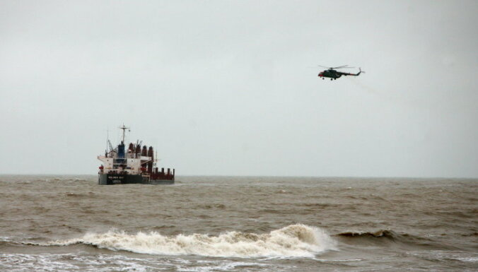 Пожар на танкере потушен, судно тащат в Рижский порт