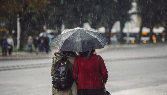 Svētdien lielākoties lietains; austrumos iespējams slapjš sniegs