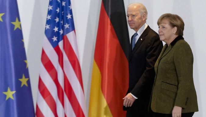 Merkele un Baidens aicina Krieviju apturēt armijas koncentrēšanu pie Ukrainas robežas