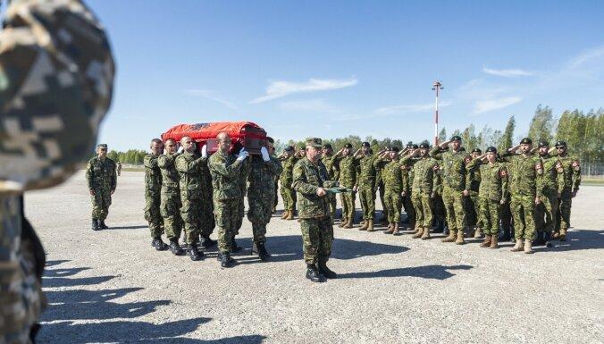 Rīgas lidostā atvadās no militāro apmācību laikā bojāgājušās Albānijas seržantes