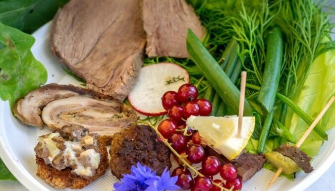 Garšīgas izklaides un zaļumballe Zaubes savvaļas kulinārijas festivālā 'Košā dabas garša'