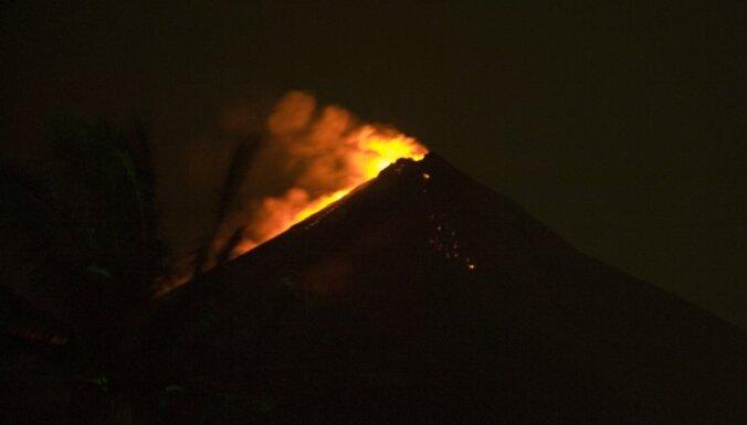 Vulkāna izvirduma dēļ Gvatemalā evakuē tūkstošiem cilvēku