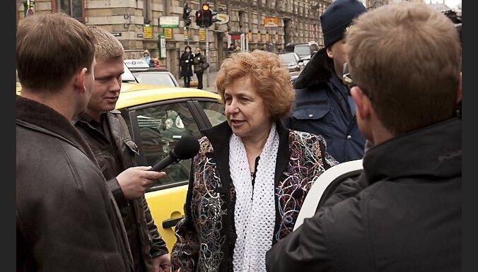 Buzajevs un Ždanoka traucē Imigrācijas dienestam izraidīt Latvijas Republikai nevēlamu personu Andeju Andronovu Krievijas pilsoni un Igaunijas patstāvīgo iedzīvotaju. Ždanoka apgalvo, ka Robežsardzes amatpersonas paziņojumi nav saistošī,  jo Mareks Segliņ