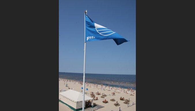 Bulduru un Majoru pludmalē nolaiž Zilo karogu