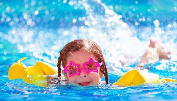 kā bērnam mācīt peldēt