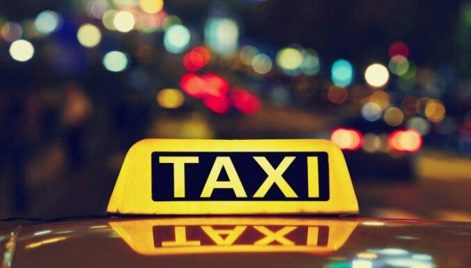 В Риге таксист не включил счетчик и в конце поездки избил клиентов
