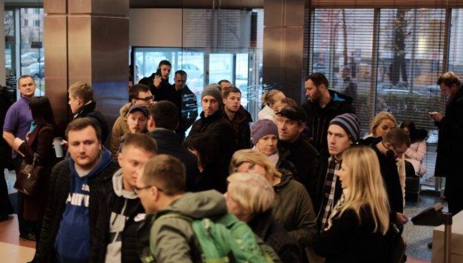 ФОТО: В Латвии стартовали продажи смартфона iPhone X